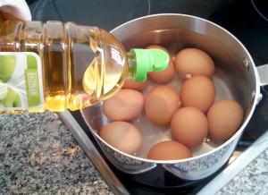 Huevos rellenos: cocemos huevos con vinagre y sal