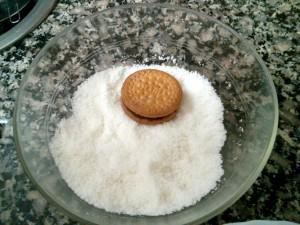 Sumergiendo las galletas en coco