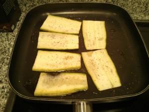 Pasamos a la plancha el calabacín con un poco de pimienta y sal