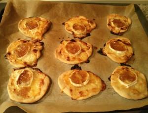 Minipizzas de queso de cabra con cebolla caramelizada