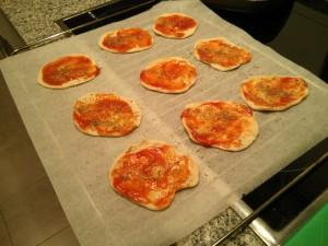 Poniendo tomate y orégano en la base