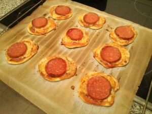 ... y así salen las minipizzas de salami del horno