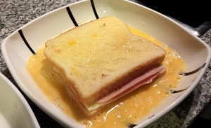 Mojando el sándwich en huevo batido
