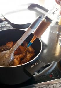 Añadimos el caldo desgrasado a las alitas