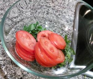 Albahaca, tomate y sal
