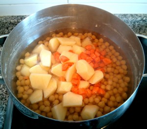Añadimos las patatas y zanahorias a la olla