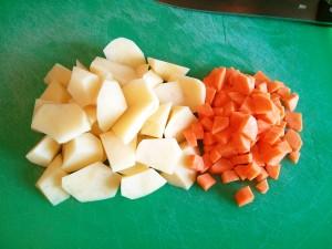 Patatas y zanahorias cortadas