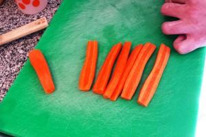 Cortamos las zanahorias a cubos