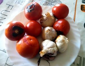 Tomates y ajos asados