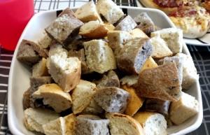 Cortamos el surtido de panes a cubos