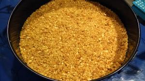 Ponemos la base de galleta en el molde