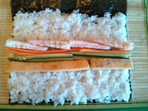 Un futomaki con langostinos, zanahoria, pepino y tortilla