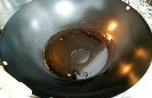 Ponemos aceite en el wok