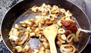 Añadimos la cucharada de pimiento choricero