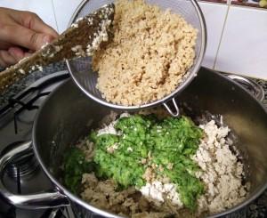 Añadimos la soja texturizada y mezclamos bien