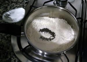 Ponemos la harina a tostar y removemos sin parar