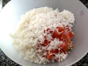 Añadimos el arroz al bol y mezclamos bien