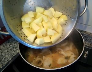 Añadimos las patatas peladas y cortadas